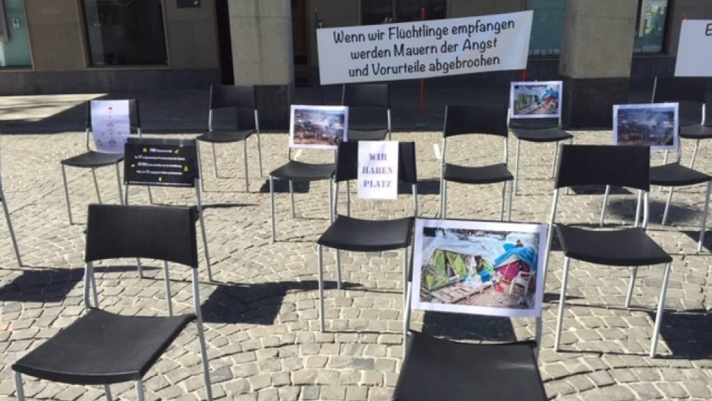 Das Solidaritätsnetz Ostschweiz wiederholte am Montag den «Oster-Appell» von 2020: Mit leeren Stühlen auf dem St. Galler Marktplatz wurde der Bundesrat aufgefordert, mehr Flüchtlinge von den griechischen Inseln aufzunehmen.