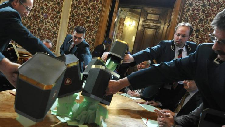 Die Ratsweibel verteilen die ausgefüllten Wahlzettel während einer Bundesratswahl auf den Tisch der Stimmenzähler. Am 5. Dezember wird es wieder soweit sein. Noch steht nicht abschliessend fest, wer sich für die zwei freiwerdenden Sitze in der Landesregierung bewerben wird. (Archivbild)