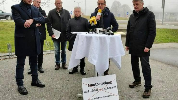 Die Bürgermeister der Vorarlberger Gemeinden Lustenau, Altach und Hohenems sowie der Gemeindepräsidenten der Grenzgemeinden Diepoldsau und Oberriet luden am Freitag zu einer Medienkonferenz. Sie fordern die Rücknahme der Mautbefreiung für die A14 zwischen Hörbranz und Hohenems.