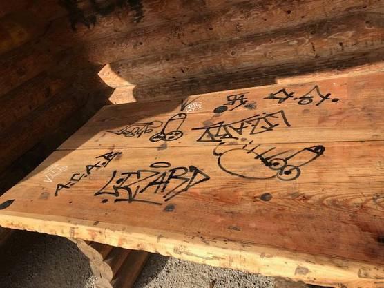 .... und dem Holztisch.