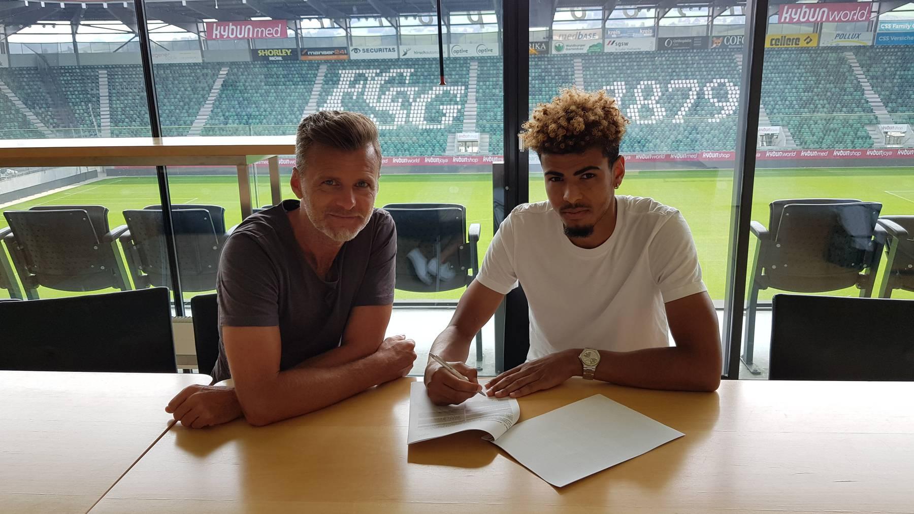 Alain Sutter und Yannis Letard bei der Unterzeichnung des Vertrags.