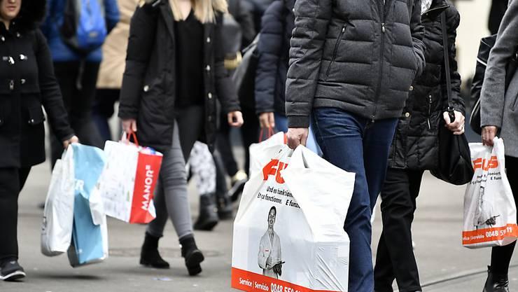 Bei der Coop-Tochter Fust gibt es ab Anfang 2020 keine Gratis-Plastiksäcke mehr, um den Einkauf nach Hause zu tragen. (Archivbild)