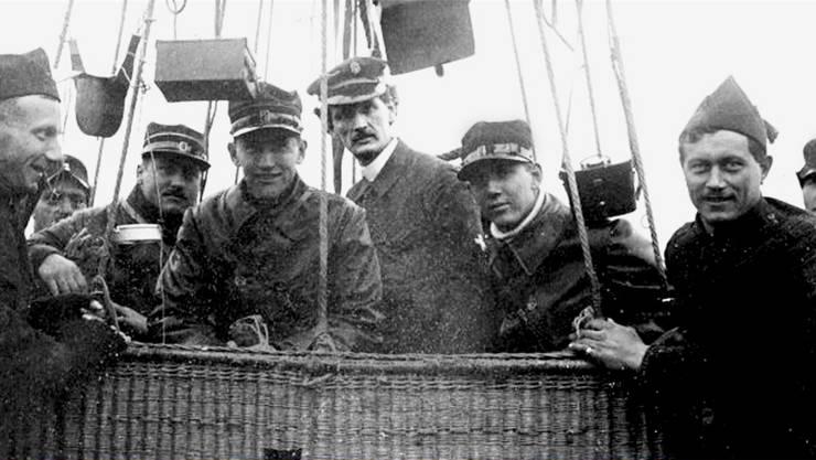 Der spätere Professor August Piccard unverkennbar in der Mitte, links aussen Oskar Bider zusammen mit seinen Pilotenkollegen Pillichody und Simonius. Das Foto dürfte kurz vor dem Start in Schlieren aufgenommen worden sein.