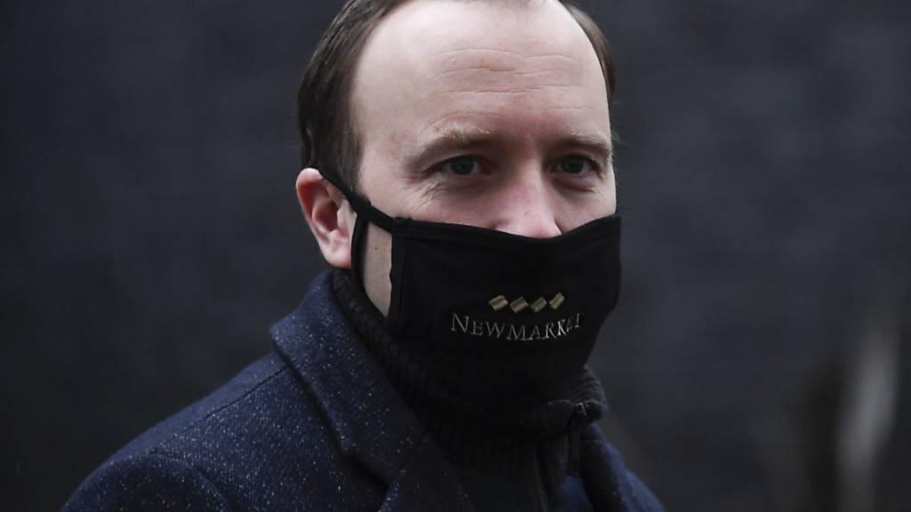 Matt Hancock, Gesundheitsminister von Großbritannien, trägt beim Verlassen der Downing Street einen Mund-Nasen-Schutz. Foto: Alberto Pezzali/AP/dpa