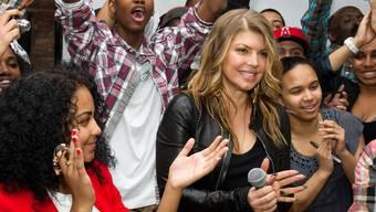 Fergie von den Black Eyed Peas (m.) bei der Ankündigung der Schuleröffnung in New York