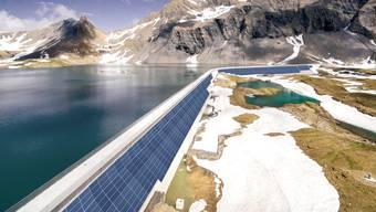 Würde gegen den Strommangel im Winter helfen: So könnten Fotovoltaikmodule an der Glarner Muttsee-Staumauer aussehen.