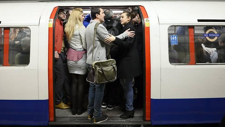 Trotz schärferer Ausgangsbeschränkungen wegen der Corona-Pandemie waren viele Londoner U-Bahnen am Dienstag überfüllt. (Symbolbild)