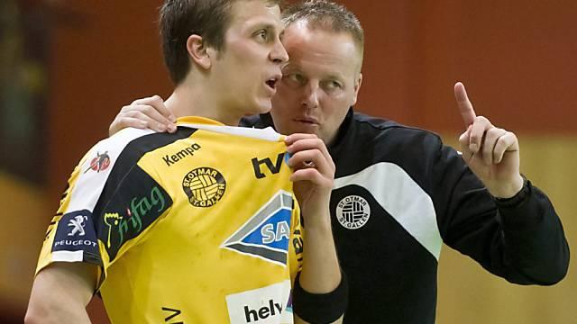 St. Otmars Topskorer David Parolo erhält von Trainer Hansen Tipps