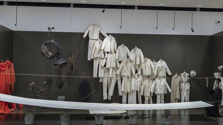 """Installationsansicht der Ausstellung """"Tadeusz Kantor: Ou sont les neiges d'antan"""" im Museum Tinguely in Basel."""