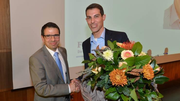 Vor fünf Jahren gab es Blumen vom abtretenden FDP-Aargau- Präsidenten Thierry Burkart (rechts) für Matthias Jauslin, seinen Nachfolger an der Spitze der Kantonalpartei.