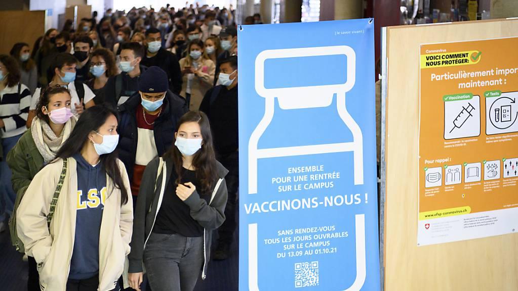 Ein Plakat an der Universität Lausanne wirbt für die Covid-Impfung. (Archivbild)