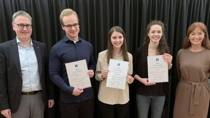 Eine Urkunde für gute Noten: Johannes Weibel, Melanie Florian und Sara Omlin werden von Stadtpräsident Roger Bachmann und Koenig-HR-Chefin Annemieke Berends ausgezeichnet.