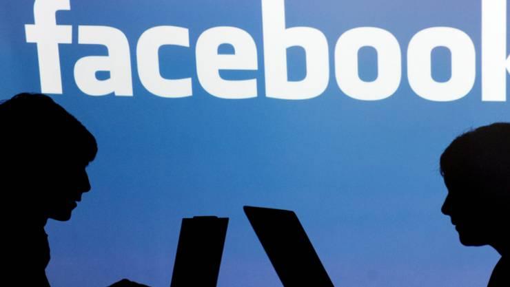 Auf der sozialen Plattform Facebook dürfen künftig keine Waffen mehr verkauft werden - Werbung ist aber weiterhin zugelassen. (Symbolbild)