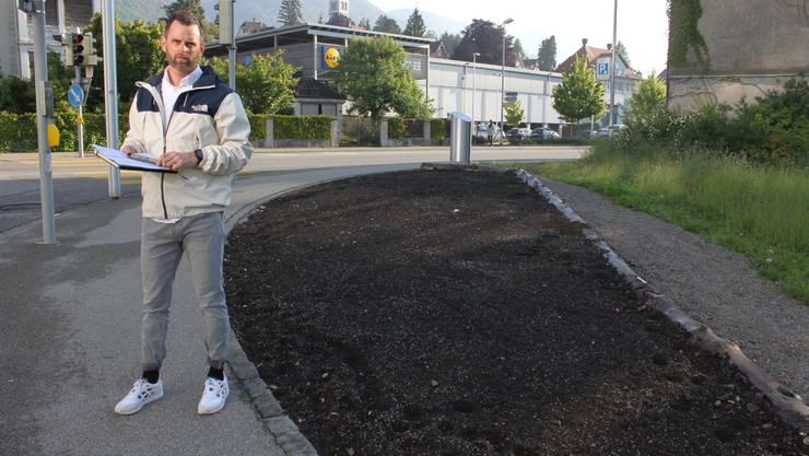 Stadtgrün-Leiter Patrick Nyffenegger bei der noch leeren Rabatte an der Hegelbach-Kreuzung