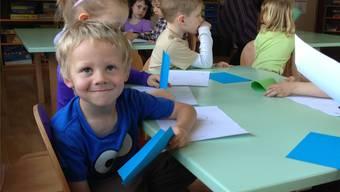 Basteln auf Deutsch und Englisch: Die Kindergartenklasse wechselt nahtlos von einer in die andere Sprache.