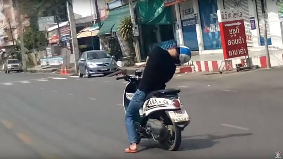 Thailändischer Rollerfahrer fällt in Ohnmacht und fährt noch eine Minute weiter.