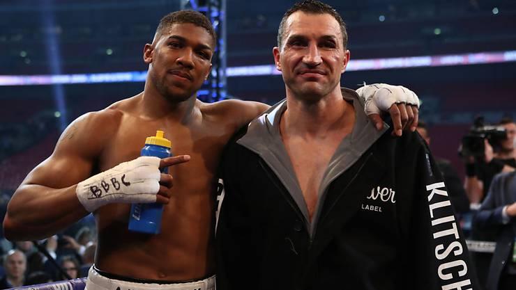 Das war Wladimir Klitschkos (rechts) letzter Kampf - Anthony Joshua muntert Klitschko nach der Niederlage am 29. April in London auf