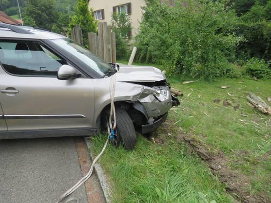 Das Auto prallte in einen Gartenzaun.