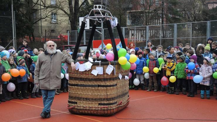 Die Kinder der beiden Schulen Ländli und Tannegg singen ein letztes Mal für Rolf Züllig.