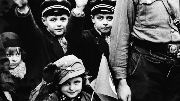 Sind sie auch heute noch Antisemiten? Einer neuen Studie zufolge wirkt die Juden-Hetze der Nazis bis heute nach (Hitlerjugend, 8. März 1933)