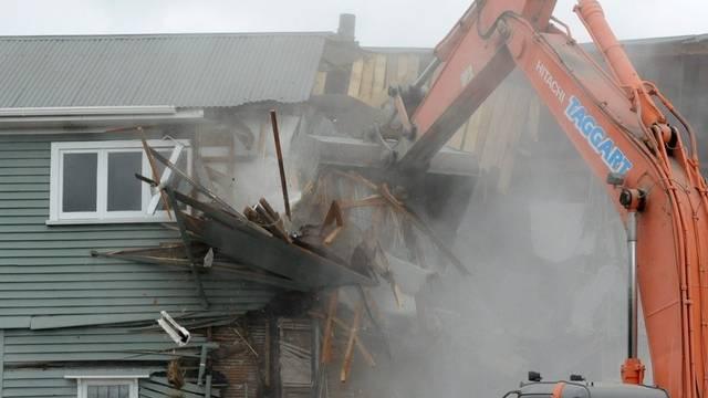 Ein vom Erdbeben beschädigtes Haus in Christchurch wird abgerissen