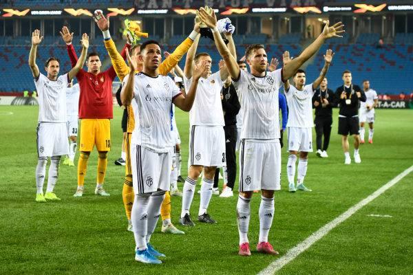 Die Spieler des FCB bedanken sich für die Unterstützung der Fans und feiern zusammen den wichtigen Punkt in der Türkei.