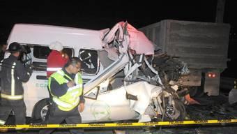Bei dem tödlichen Unfall auf der vielbefahrenen Autobahn in der Nähe von Mexiko-Stadt fuhr ein Kleintransporter auf einen Lastwagen auf.