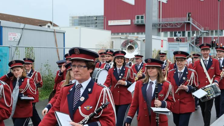 Als erste Gruppe biegen die Musiker und Musikerinnen der Harmonie Schlieren von der Wagistrasse in die Zürcherstrasse ein.
