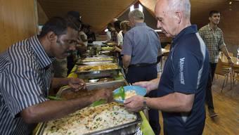 Asylbewerber kochen für Bundesrat und Ueli Maurer hat sein Gaudi dabei