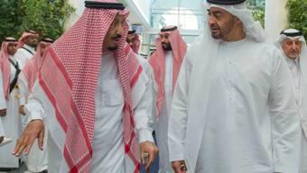 Denken über neue Sanktionen gegen Katars Führung nach: Der saudische König Salman bin Abdulaziz Al Saud (Links) und Abu Dhabis Kronprinz Scheich Mohammed bin Zayed Al Nahyan. (Archivbild)