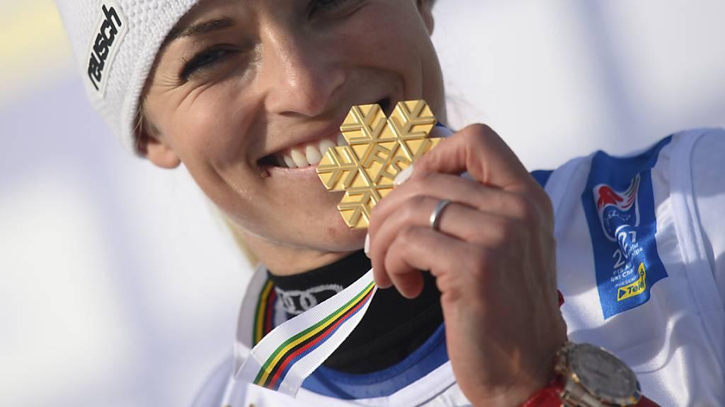 Lara Gut-Behrami zeigt an der Siegerehrung nach dem WM-Riesenslalom ihre zweite goldene Medaille