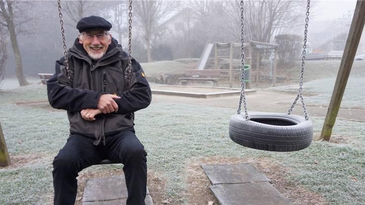 Willi Lindner auf dem Spielplatz, der seiner Meinung nach eine Sanierung verdient hätte.