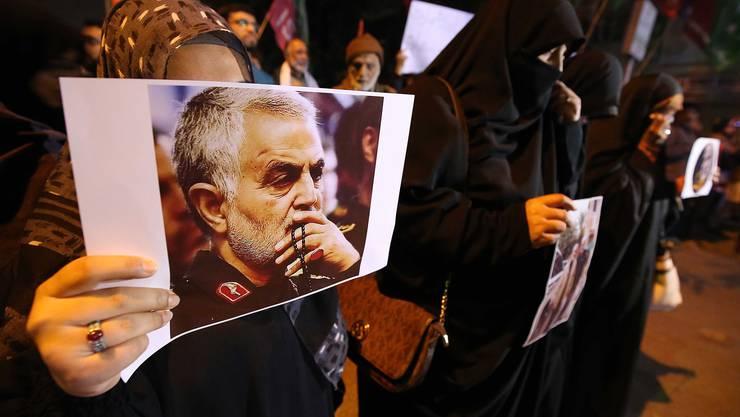 Proteste in Pakistan: Muslime halten das Bild von Qasem Soleimani hoch.