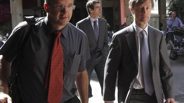Mussten vor Protestierenden abgeschirmt werden: Klaus Masuch von der EZB (l.) und Kommissionsdirektor Matthias Morse