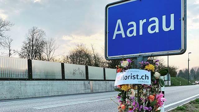 Floristen starten Aktion «Kopf Hoch» - Geschmückte Ortstafeln im ganzen Aargau
