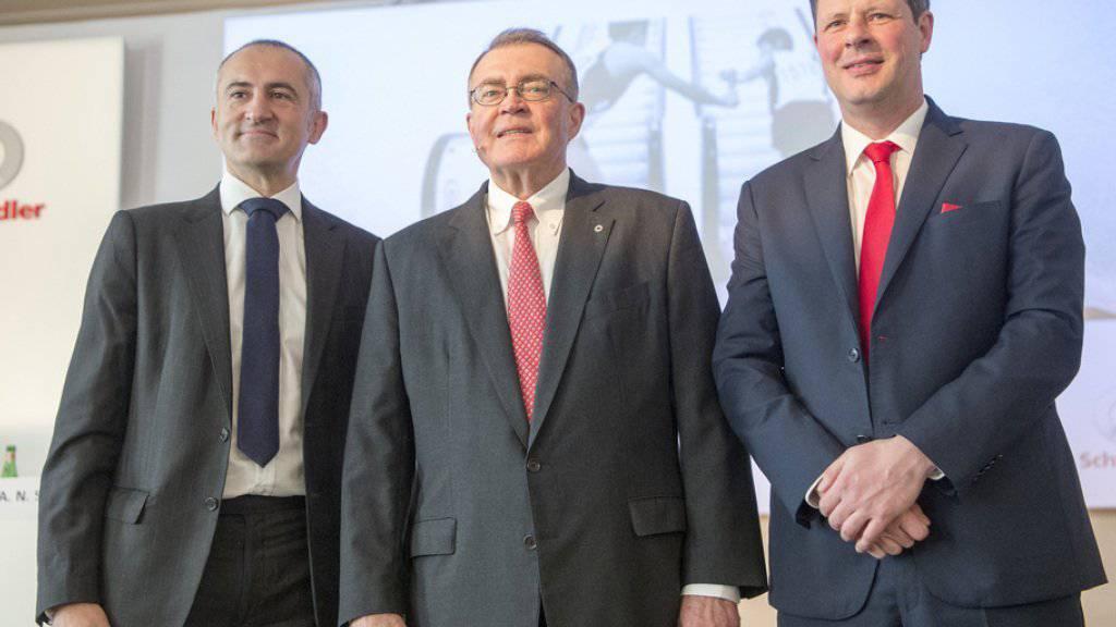 Der zukünftige Verwaltungratspräsident Silvio Napoli (l.), Firmenpatron Alfred N. Schindler (M.) und der neue Konzernchef Thomas Oetterli (r.).