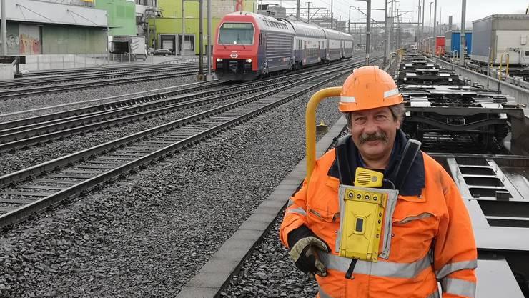 Rolf Stutz war noch nicht einmal 17 Jahre alt, als der im Bahnhof Aarau anfing. Der Rangierer ist bis heute dort geblieben.