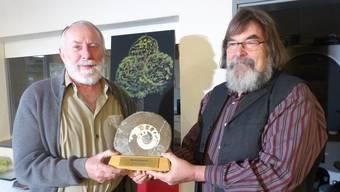 Josef Binkert (links) freut sich über den Naturschutzpreis 2018, den er von Meinrad Bärtschi, Präsident des Verbandes Oberfricktaler Natur- und Vogelschutz- vereine, erhält.