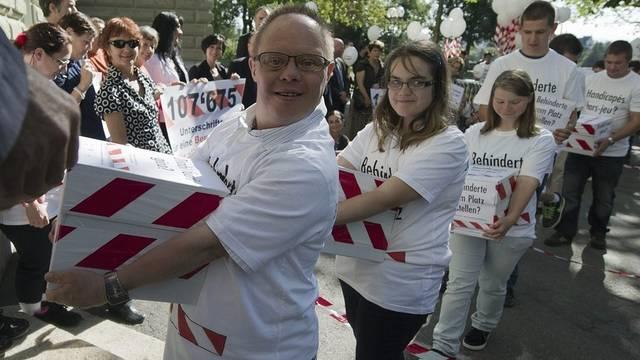 Die Behindertenverbände haben in Bern mehr als 100'000 Unterschriften bei der Bundeskanzlei eingereicht
