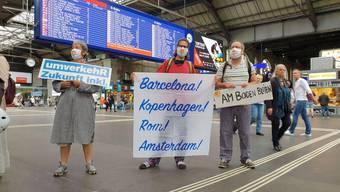 Aktivistinnen und Aktivisten empfingen die Nachtzüge in Zürich.
