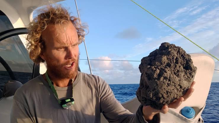 Ihr Seglerpartner Michael Hoult staunt über das Gestein.