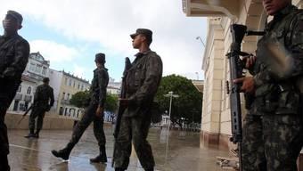 Soldaten patrouillieren in Salvador da Bahia