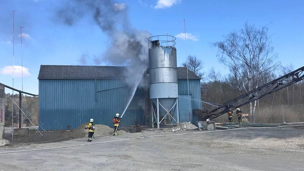 Schweissarbeiten lösen Brand in Silo aus