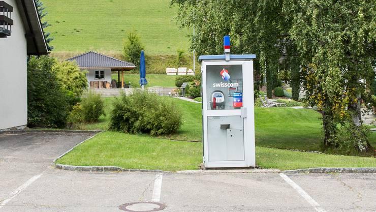 Idyllisch gelegen, doch kaum im Einsatz: Neben dem Feuerwehrlokal in Thalheim steht die am wenigsten genutzte Telefonkabine des Kantons Aargau.