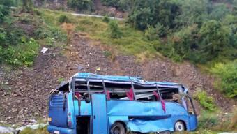 Der Unglücksbus stürzte 20 Meter einen Abhang hinunter. 13 Passagiere waren auf der Stelle tot.