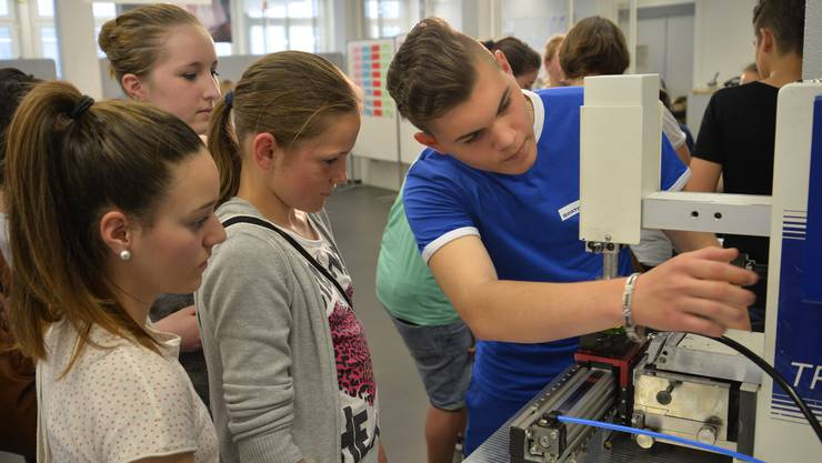An Berufsmessen wie der IBLive können die Jugendlichen Industrieberufe kennen lernen.