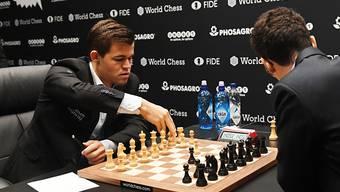 Der alte und neue Weltmeister  Magnus Carlsen (links) hatte die Partien am Schlusstag jederzeit im Griff.