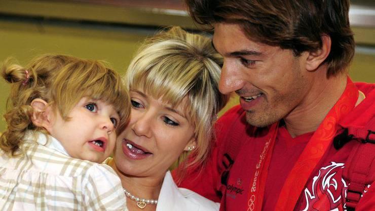 Aus einem Trio wird nun ein Quartett: Fabian Cancellara, rechts, mit Ehefrau Stefanie, Mitte, und Toechterchen Giuliana bei seiner Rückkehr von Olympia im Jahr 2008.