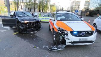 Auf der Kreuzung vor der Berufsfachschule BBB in Baden stiessen ein Notarztauto und ein Maserati heftig zusammen.