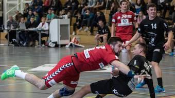 Christian Riechsteiner (Endingen) überfliegt die Verteidigung.